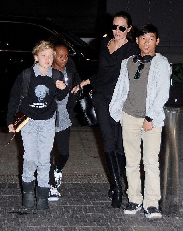 Angelina Jolie z Shiloh, Zaharą i Paxem na lotnisku (FOTO)