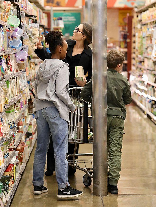 Niespotykany widok! Angelina Jolie robi zakupy w supermarkecie (ZDJĘCIA)