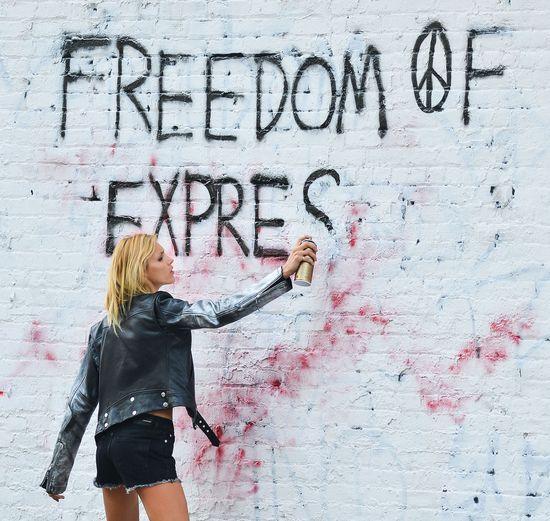 Anja Rubik przyłapana ze sprayem w ręce! (FOTO)