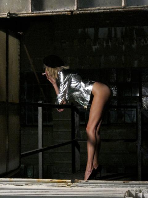 Anja Rubik nago pali papierosy (FOTO)