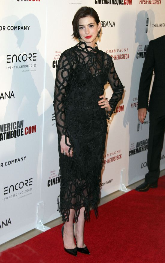 Anne Hathaway bez peruki na czerwonym dywanie (FOTO)