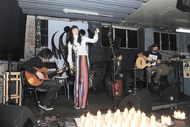 Ania Rusowicz Pasiaste dzwony i naszyjnik z piórek - kto to taki? (FOTO)