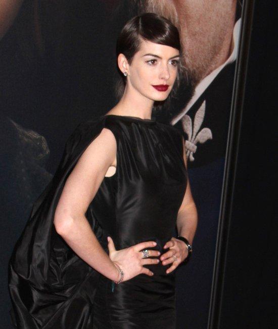 Dziwna stylizacja Anne Hathaway na premierze (FOTO)