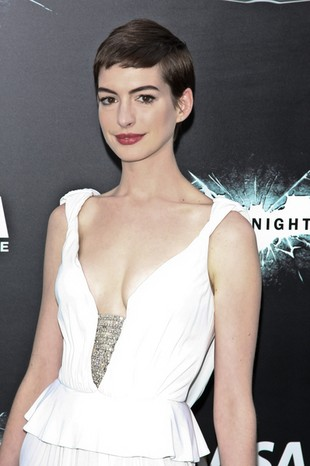 Anne Hathaway schudła i straciła biust (FOTO)