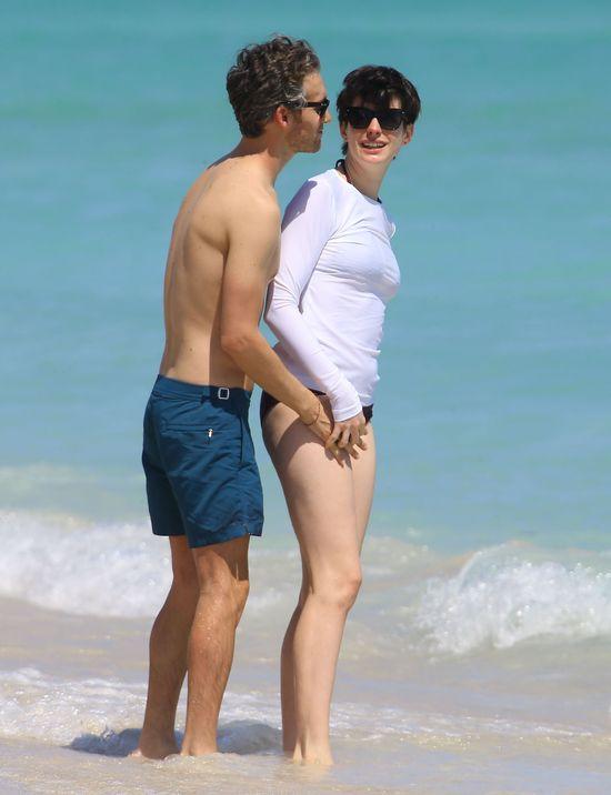 Mąż Anne Hathaway przegania paparazzi (FOTO)