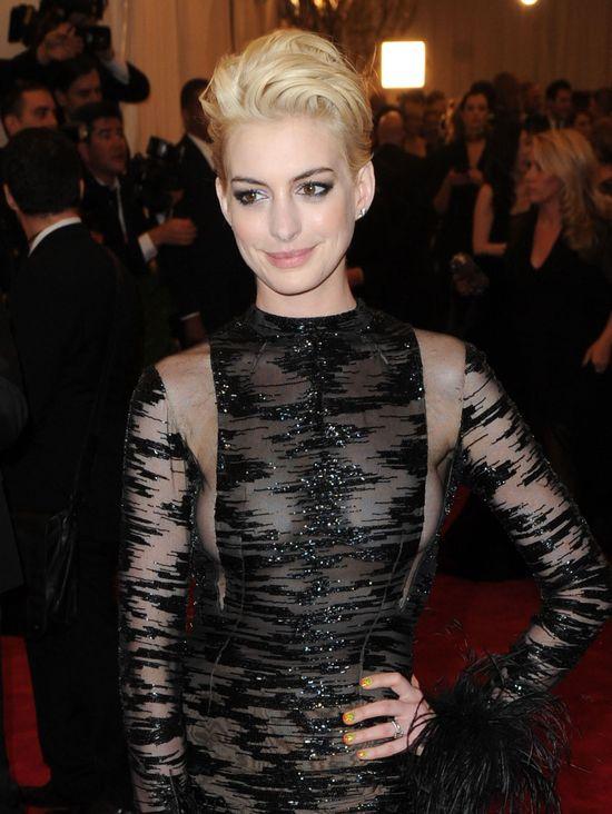Blond włosy Anne Hathaway (FOTO)