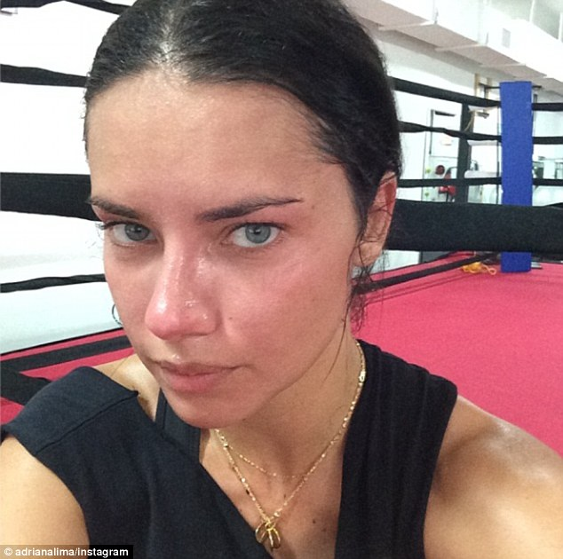 Adriana Lima pokazała spoconą twarz bez grama makijażu (FOTO