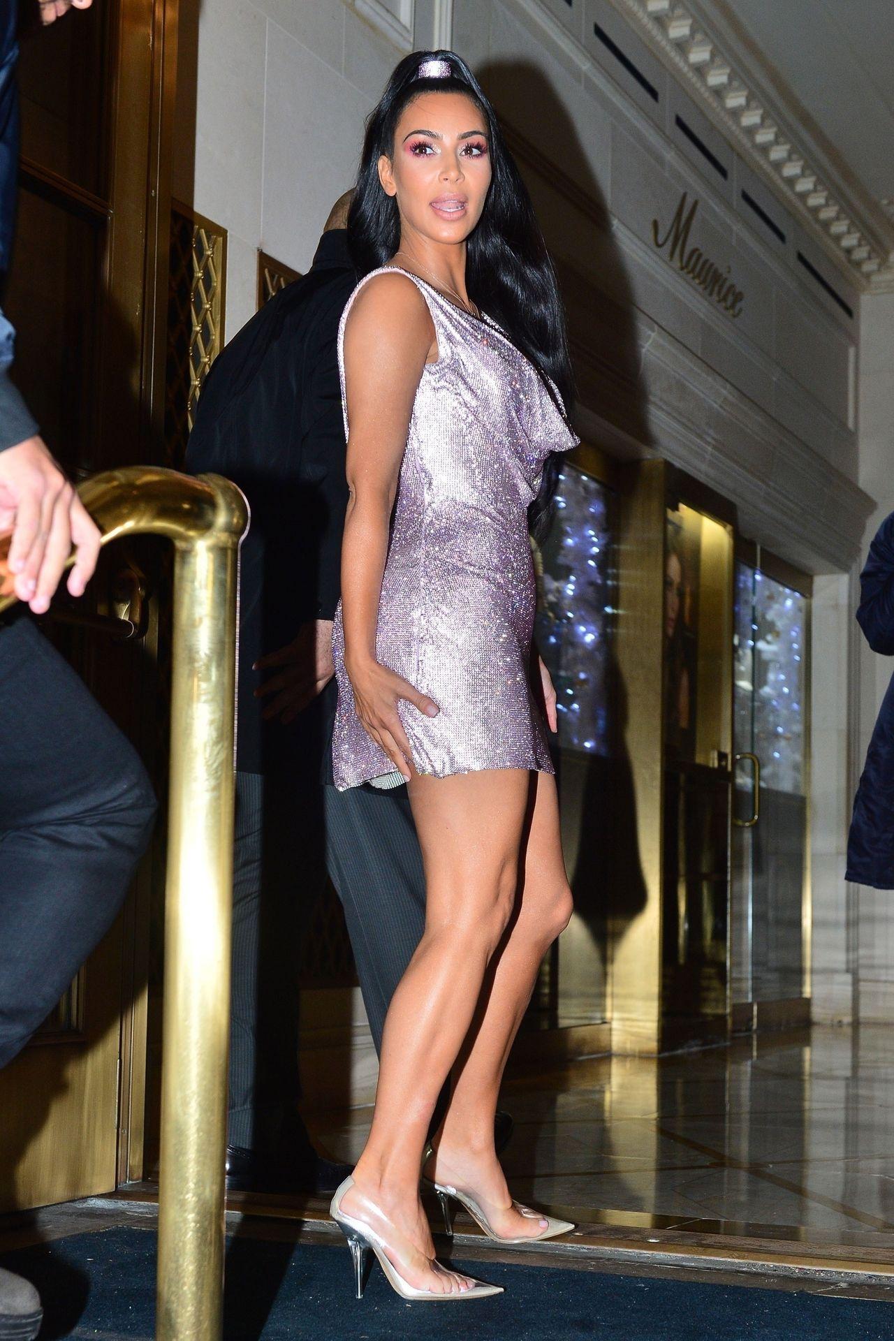 Kim Kardashian na pokazie VERSACE w liliowej SEXY mini