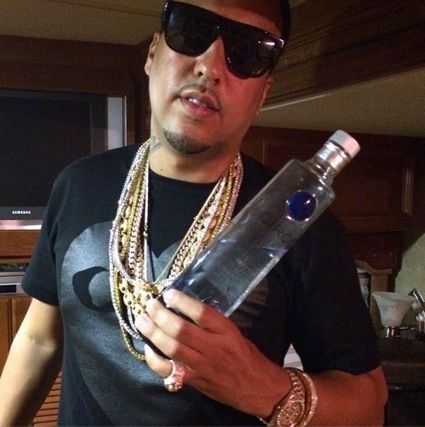 French Montana z butelką alkoholu