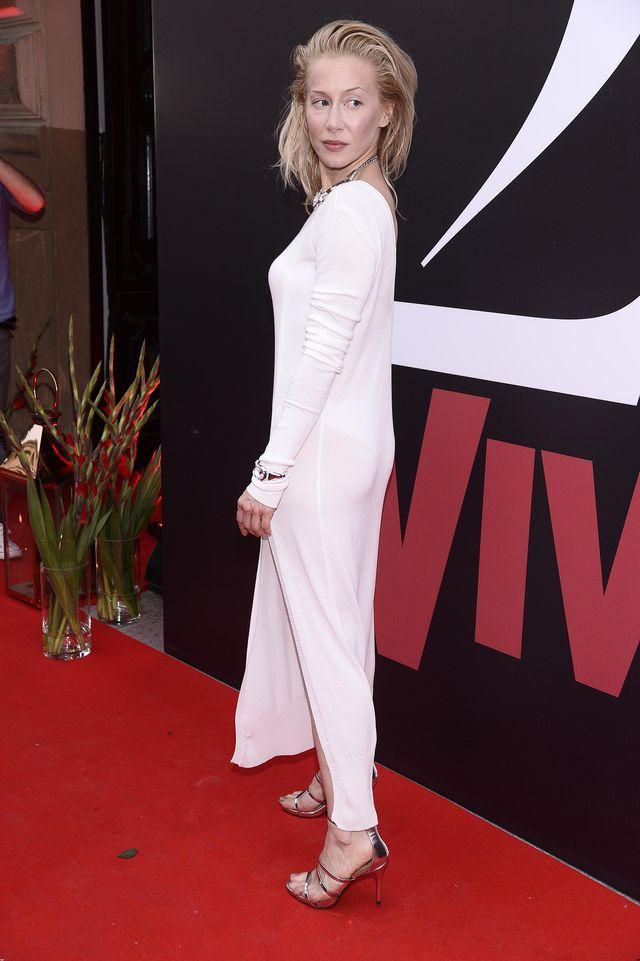 Katarzyna Warnke (40 l.) zrobiła ostatnio furorę przychodząc na imprezę Vivy! w długiej, prześwitującej sukience. Lejący się materiał podkreślił seksowne kształty aktorki, której - tego wieczoru - robiono chyba więcej zdjęć z tyłu, niż z przodu.
