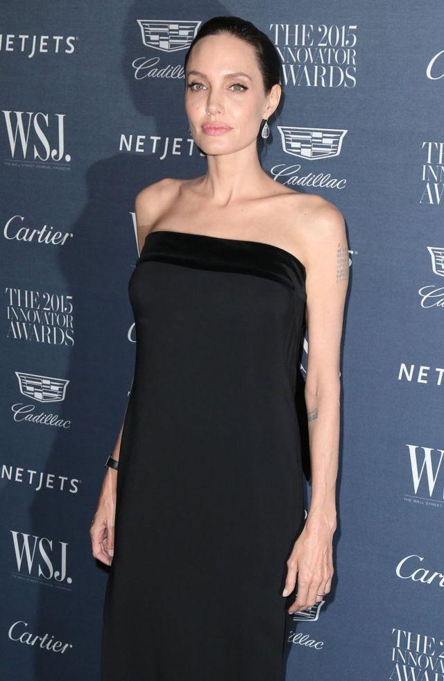 Choć niedawno przeszła poważne operacje usunięcie piersi i jajników, które miały zapobiec powstaniu dziedziczonego w dużym stopniu raka, nie dba o swój organizm. Jeśli wierzyć plotkom, Jolie pali coraz więcej papierosów.