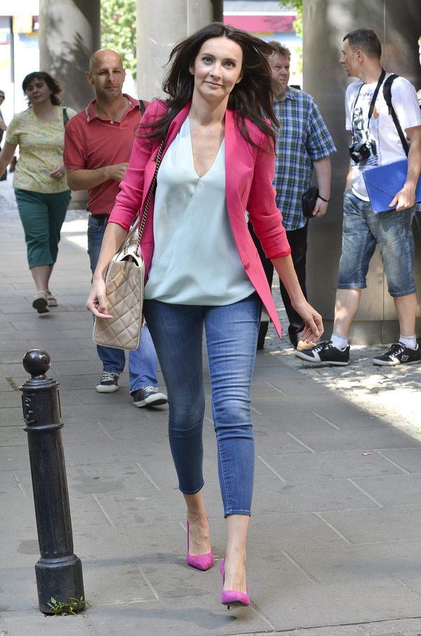 Codzienny look Dominiki Kulczyk - dżinsy 7/8, błękitna bluzka i malinowy żakiet.