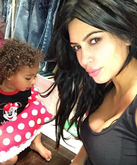 Kim Kardashian z Nori o 6.00 rano. Bez makijażu. Glam squad na pewno już w drodze.