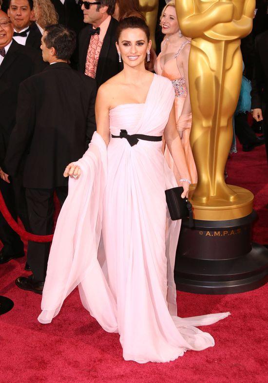 Penelope Cruz na rozdaniu Oscarów 2014 w bladoróżowej nietrafionej sukni