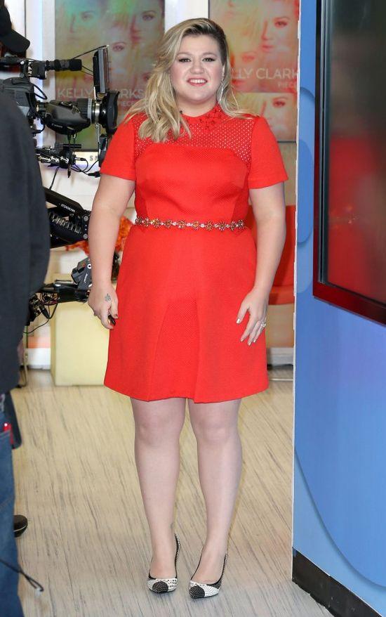 Kelly Clarkson w Good Morning America w czerwonej sukience, marzec 2015