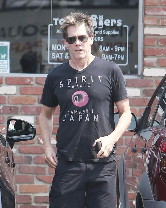 Kevin Bacon robi zakupy dla Lilly