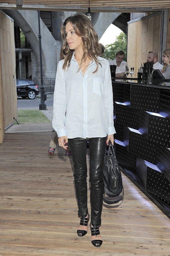 Natalia Lesz w skórzanych spodniach