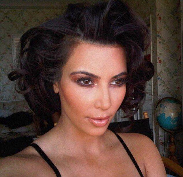 """Kim Kardashian myje włosy tylko raz na 5 dni: """"- Myję włosy do 3-5 dni. Czwartego i piątego dnia robię gładki kucyk. Wcześniej prostuję włosy prostownicą ceramiczną."""""""