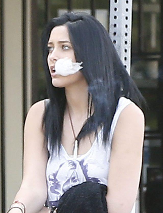 Paris Jackson - córka Michaela Jacksona z papierosem