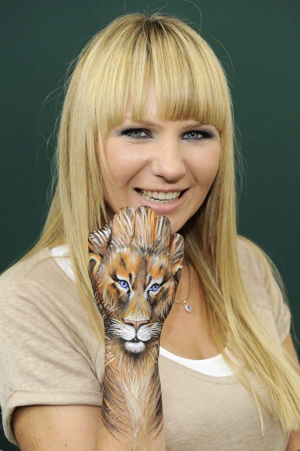 Anna Guzik w blond włosach z grzywką.