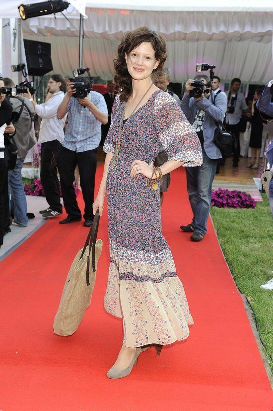 Karolina Gruszka w długiej sukience w stylu lat 60.