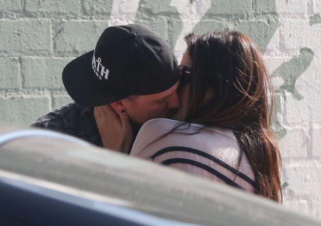Kto całuje się przed paparazzo?