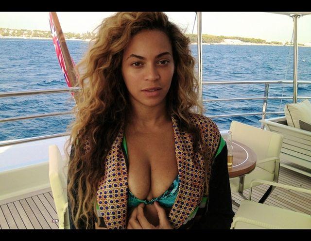 Beyonce ścisnęła sobie biust, by zdjęcie wyszło lepiej? (FOT