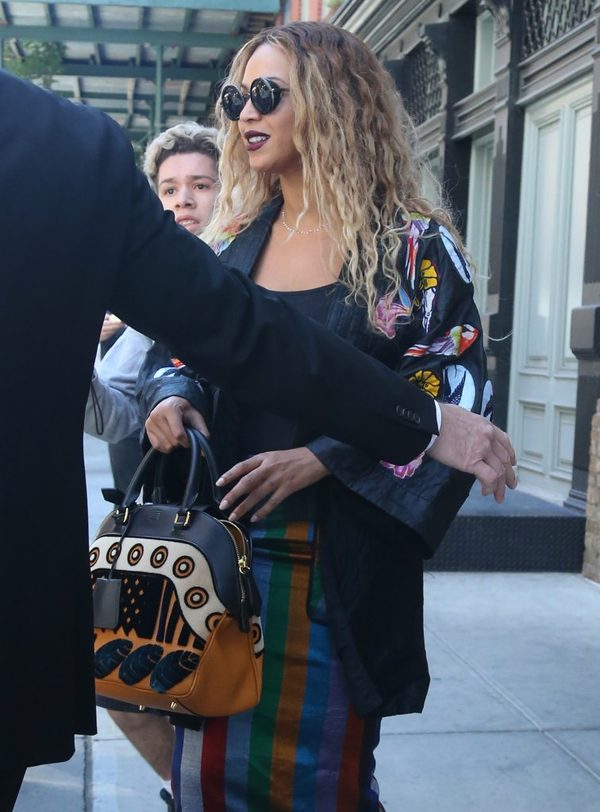 Rzadki widok - Beyonce na ulicy pod obstrzałem paparazzi (FOTO)