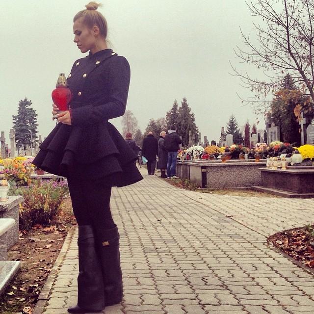 Doda uprawia lans na grobach (FOTO)