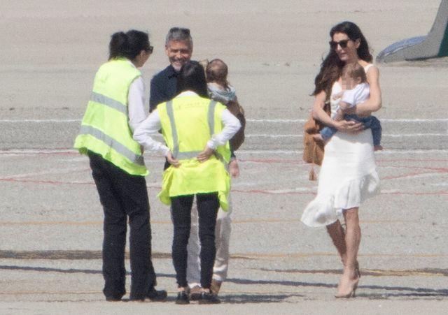 Clooneyowie z bliźniętami wychodzą z prywatnego samolotu (ZDJĘCIA)