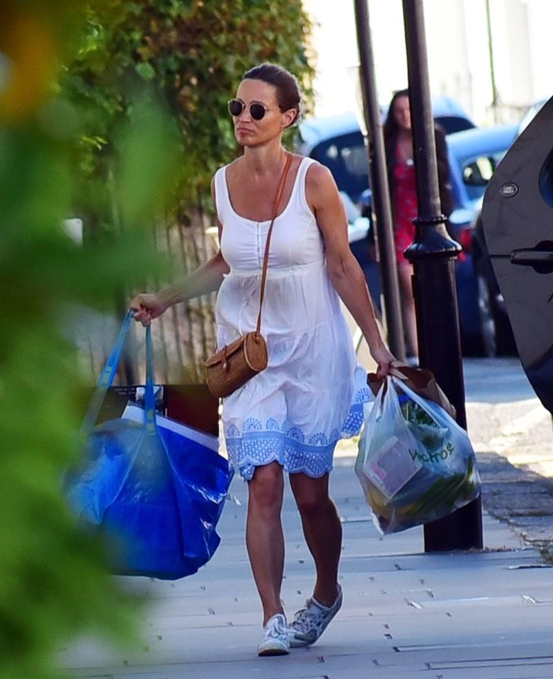 Ciężarna Pippa Middleton z ciężkimi zakupami (ZDJĘCIA)