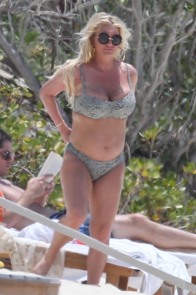 Jessica Simpson (niechętnie) pokazuje brzuszek w bikini - ciąża? (ZDJĘCIA)