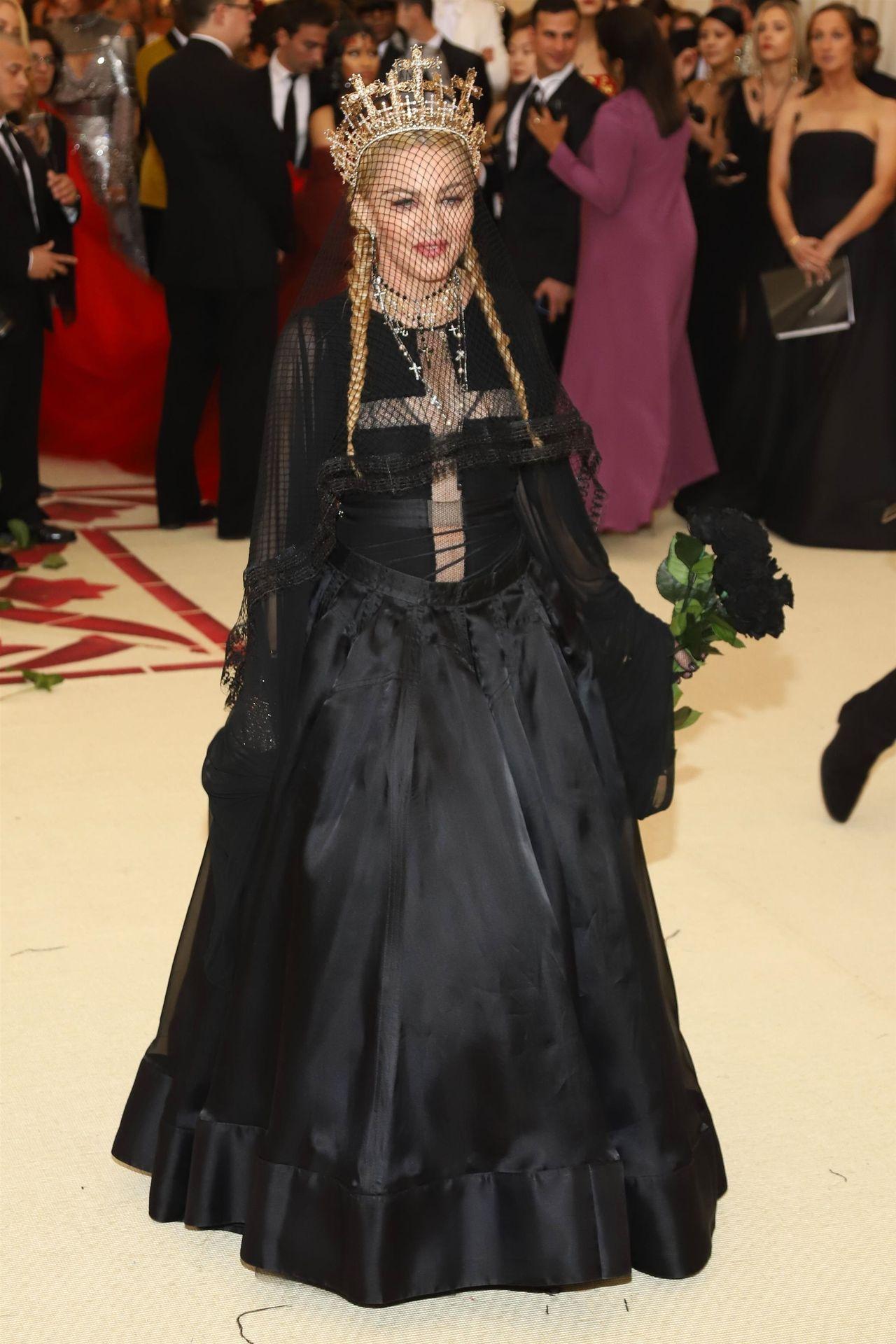 60-letnia Madonna pozuje przed lustrem w koronkowej bieliźnie