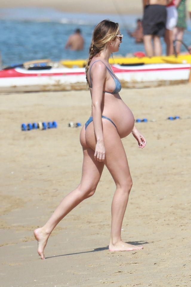 Olbrzymi ciążowy brzuszek aniołka Victorias Secret na plaży (ZDJĘCIA)