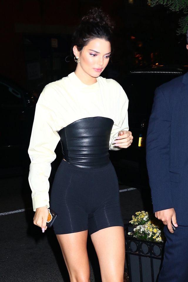 Kendall jak typowa Kardashianka - legginsy i gorset (ZDJĘCIA)