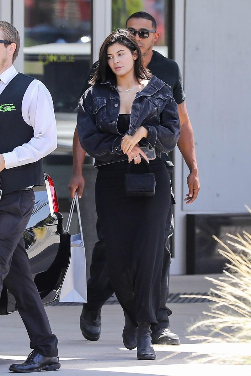 Kylie Jenner bez makijażu robi zakupy w