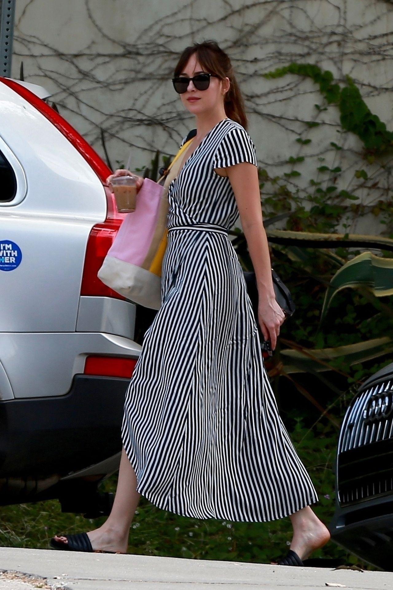 Dakota Johnson zamieniła dżinsy na sukienkę (ZDJĘCIA)