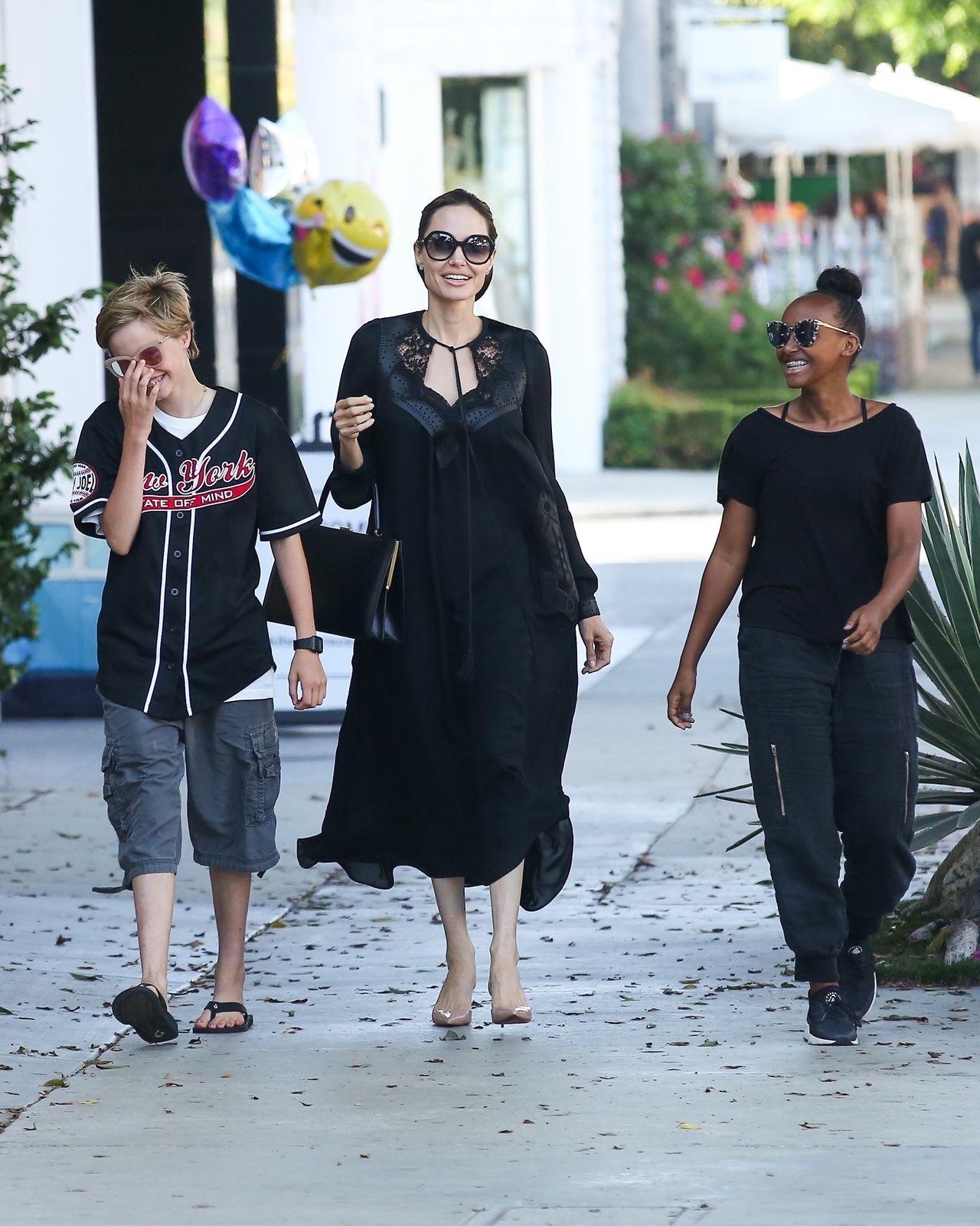 Angelina Jolie udowadnia, że ma świetny kontakt z córkami (ZDJĘCIA)