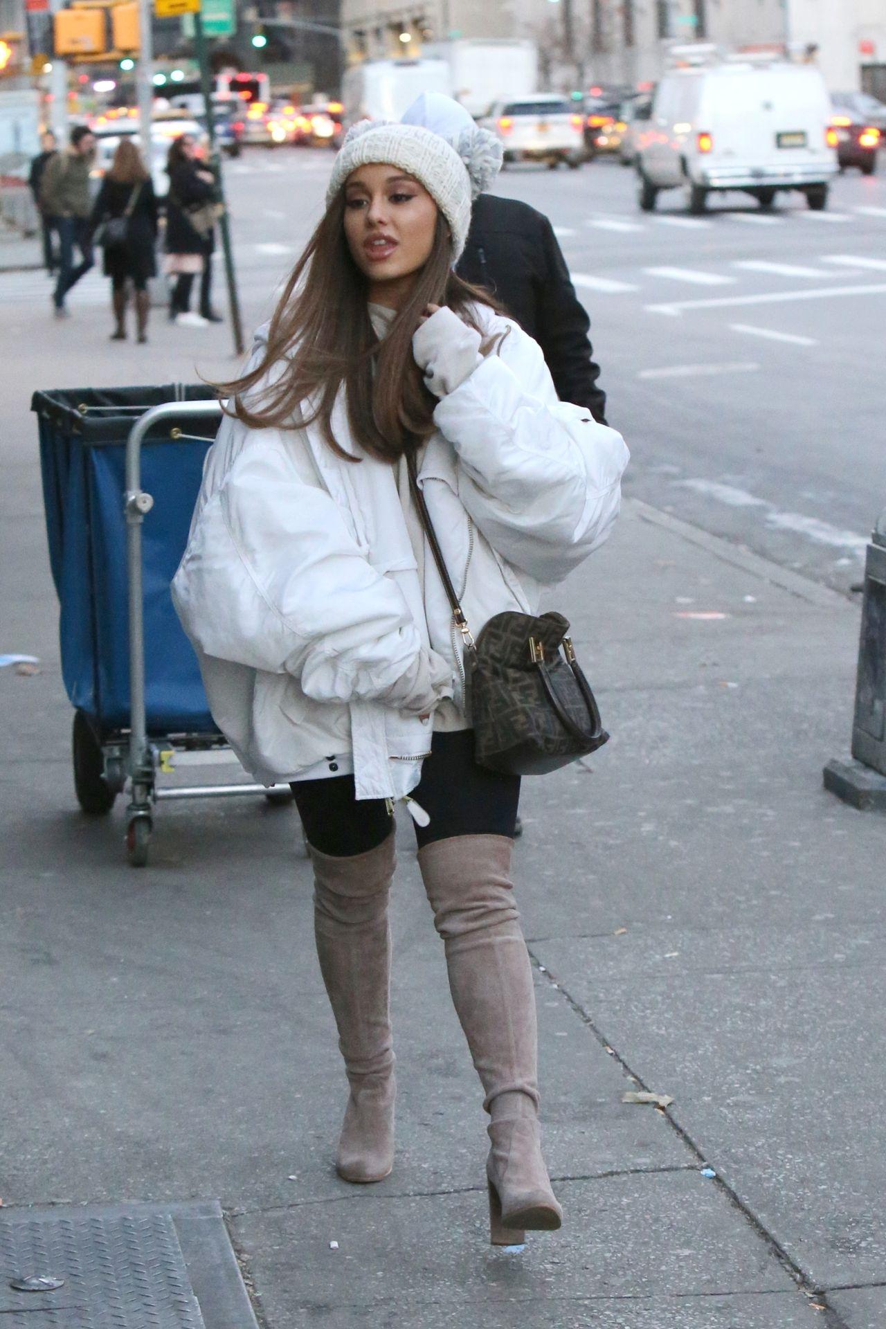 Ariana Grande w modnej kurtce, z torbą Fendi spaceruje po Nowym Jorku