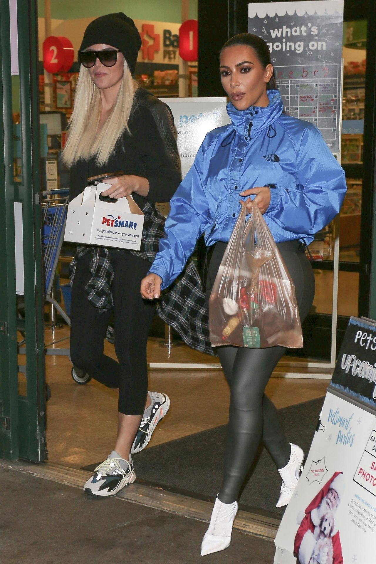 Kim i Khloe Kardashian poszły do sklepu zoologicznego (ZDJĘCIA)