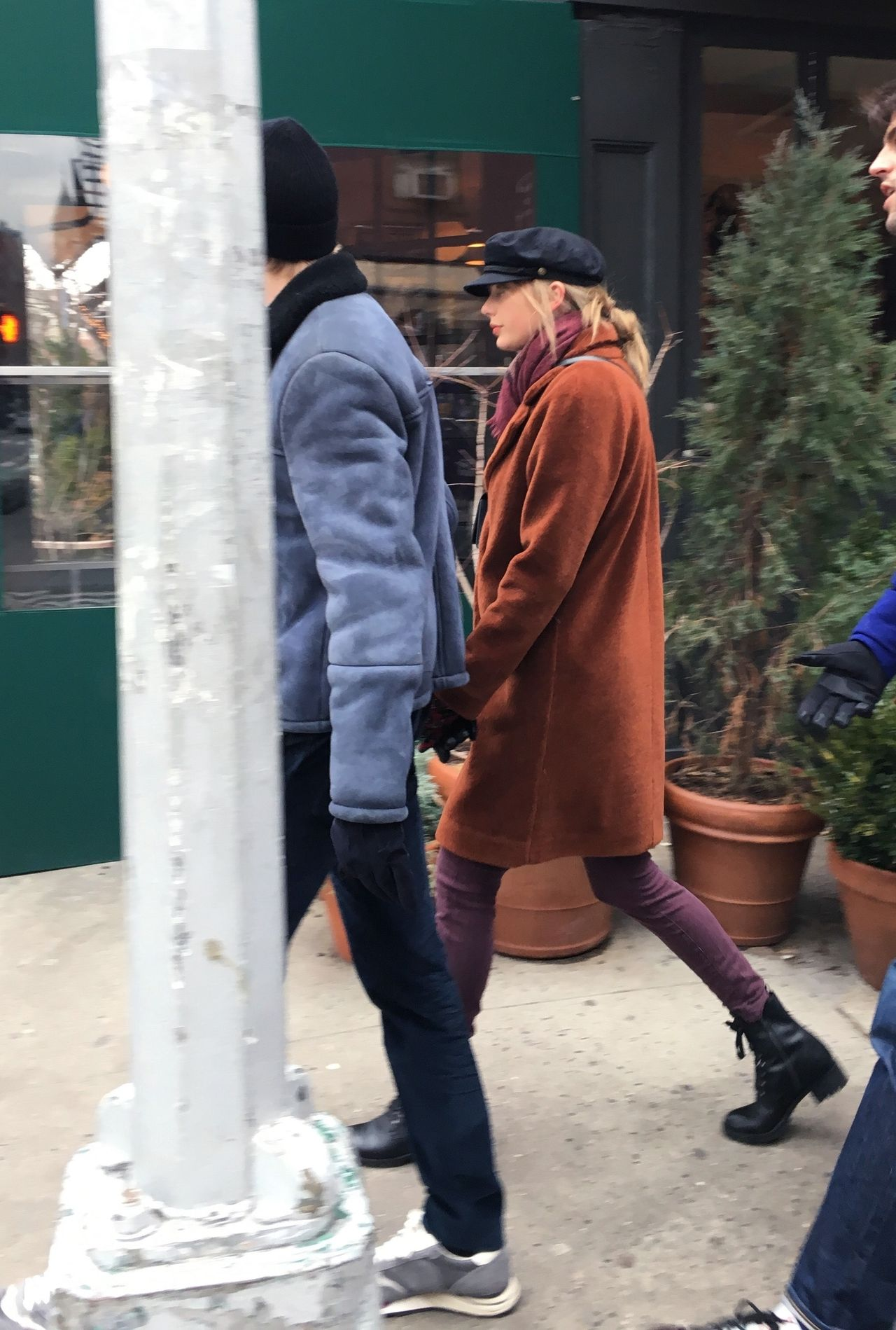 Taylor Swift z Joe Alwynem spacerują po Nowym Jorku z CZTEREMA ochroniarzami