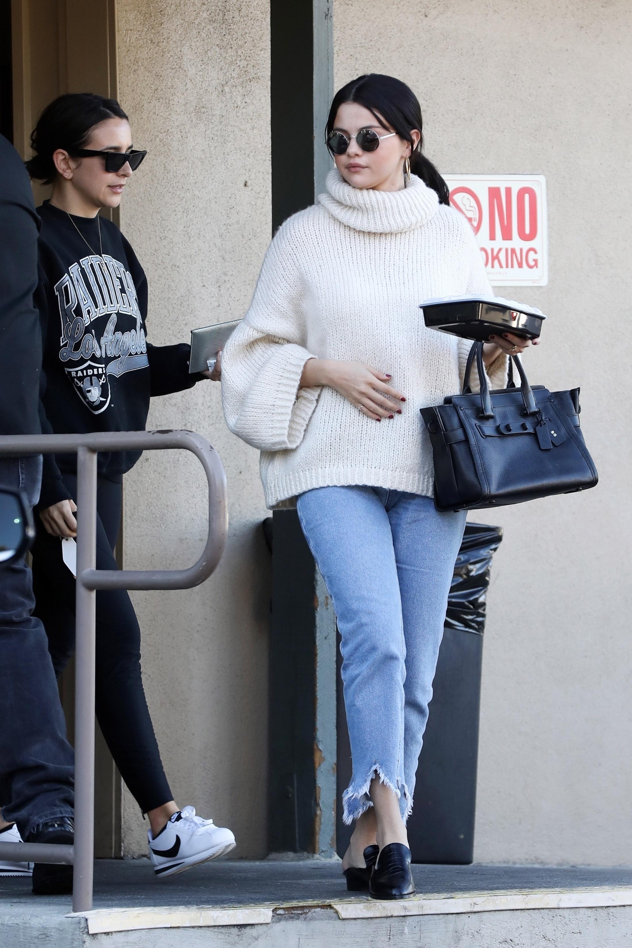 Selena Gomez zakochała się w tym swetrze! Ciągle w nim chodzi