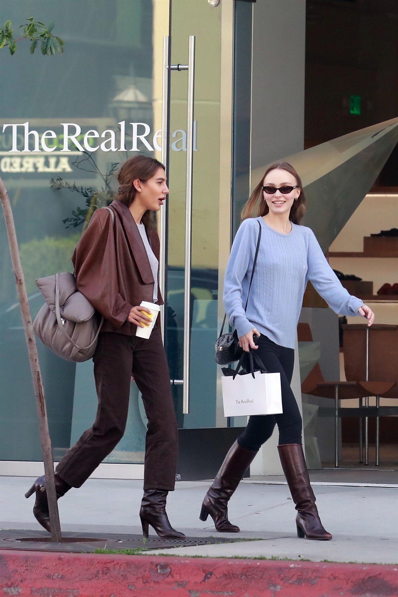 Córka Johnny'ego Deppa, Lily Rose, bez stanika na kawie z koleżanką (ZDJĘCIA)