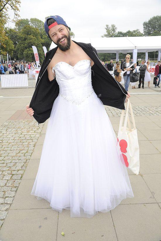 Gwiazdy w sukniach �lubnych w dorocznym biegu charytatywnym