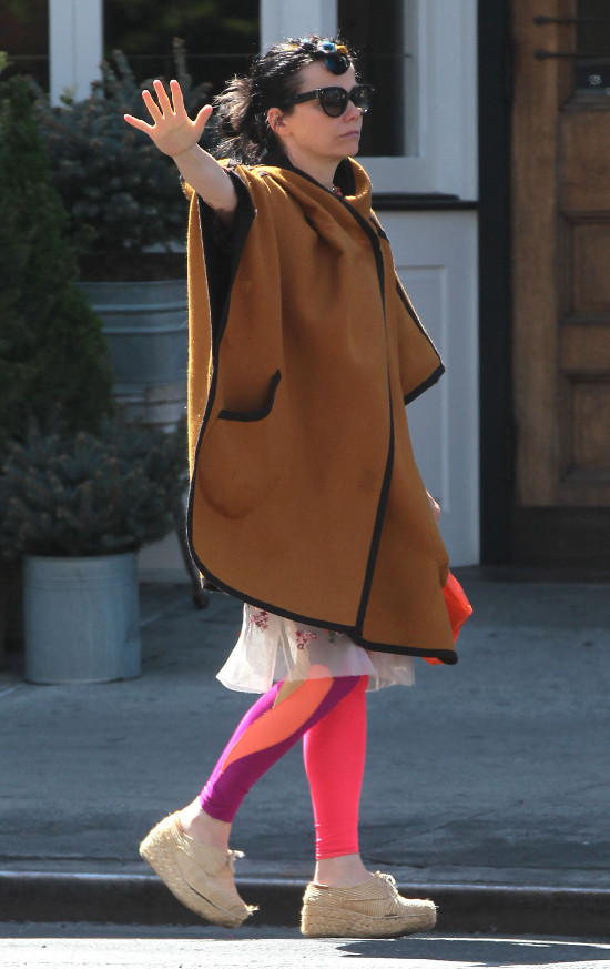 Bjork w Nowym Jorku łapała taksówkę (FOTO)