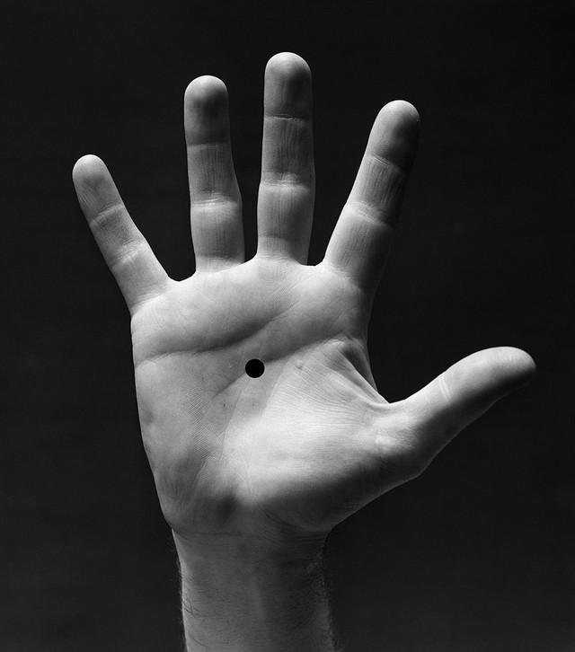 Kobieta namalowała jedynie na dłoni kropkę…