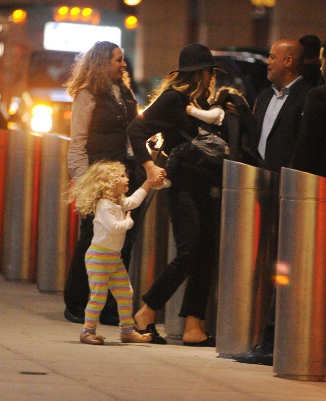 Blake Lively z córeczkami James i Ines lotnisku (ZDJĘCIA)