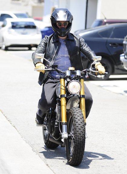 Orlando Bloom śmiga na motorze (FOTO)