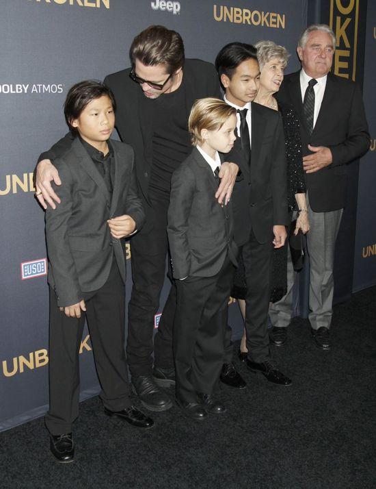 Brad Pitt i dzieci wspieraj� chor� Angelin� (FOTO)