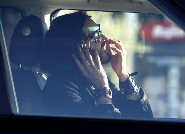 Brand rozmawia przez komórkę i dłubie w nosie za kierownicą